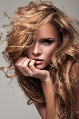 Obraz Portret w stylu Vogue z delikatnego blondynka