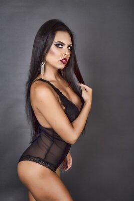 Obraz Portret zmysłowy brunetka kobieta stwarzających w sexy czarnej Linger
