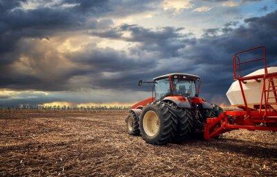 Obraz Potężny ciągnik pracuje w polu