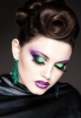 Obraz profesjonalny niebieski makijaż i fryzura na pięknej twarzy kobiety