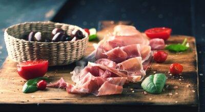 Obraz Prosciutto z chleba na desce z oliwek