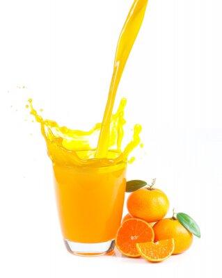 Obraz przelewanie soku pomarańczowego z pomarańczy na białym tle