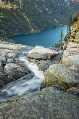 Przepływ wody jedwabiu nad jeziorem