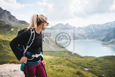 Obraz Przygód Sportive Girl piesze wycieczki nad jeziorem w pięknych górach alpejskich