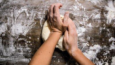 Obraz Przygotowanie ciasta. Przygotowanie ciasta rękach kobiet.