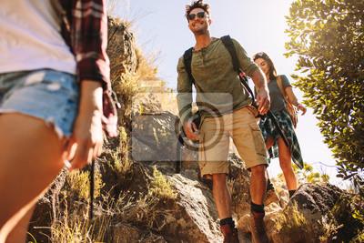 Obraz Przyjaciele wędrówki po skalistym szlaku górskim