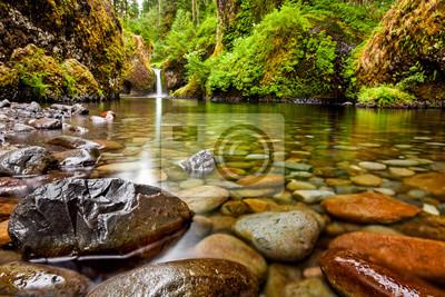Obraz Punch Bowl Falls wzdłuż szlaku Eagle Creek w Oregon z naciskiem na skały na pierwszym planie