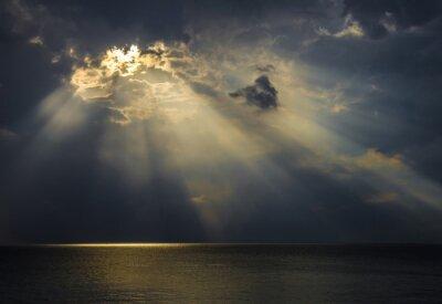Obraz Raggi di luce sul mare attraverso le nuvole
