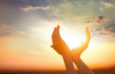 Obraz ręce gospodarstwo słońce o świcie
