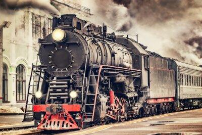 Obraz Retro pociąg parowy odjeżdża ze stacji.