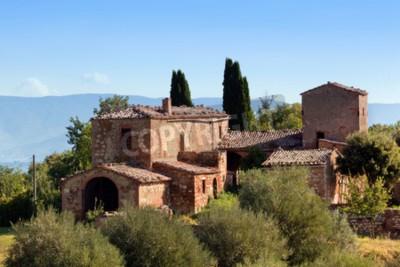 Obraz Rezydencja w Toskanii we Włoszech. Typowy dla regionu toskański dom, wzgórza, drzewa cyprysowe. Włochy
