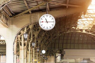 Obraz Rocznika zegar na dworcu z budynku dachem.