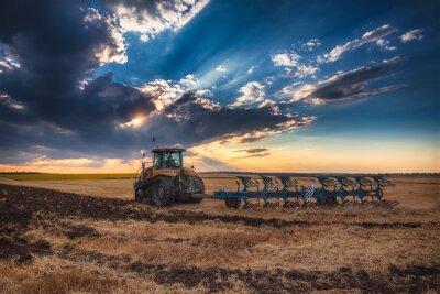 Obraz Rolnik ciągniku przygotowanie gruntów z kultywatora