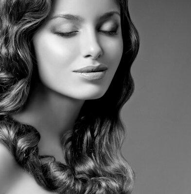 Obraz romantyczne brunetka z kręconymi włosami