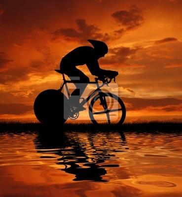 Rowerzysta sylwetka w sunrise drogowe