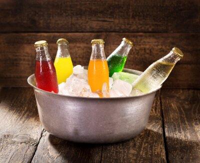 Obraz różne butelki z napojem w wiaderku z lodem