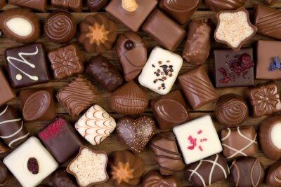Obraz Różne czekoladki na drewnianym tle