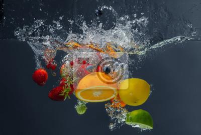 Obraz Różne owoce i jagody objętych w wodzie na ciemnym tle