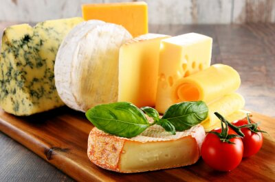 Obraz Różne rodzaje sera na stole w kuchni
