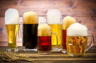 Obraz Różnorodność szklanki piwa na drewnianym stole