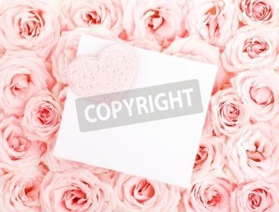 Różowy świeżego róż tła z serca czerwony & odizolowane pustej karty z pozdrowieniami, koncepcja miłości