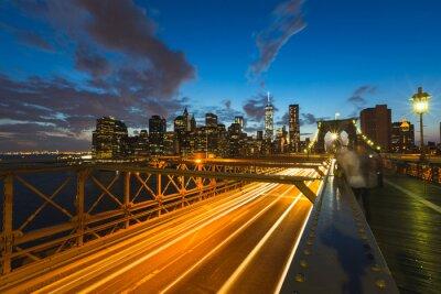 Obraz Ruch na Brooklyn Bridge w Nowym Jorku na zmierzchu