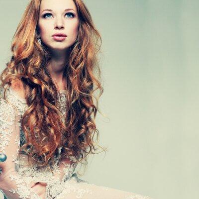 Obraz rudowłosa dziewczyna portret eleganckie koronkowe ubrania jest w