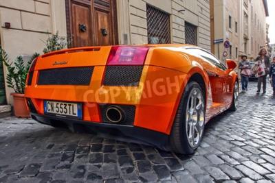 Obraz Rzym, 23 października 2010: Lamborgini jest zaparkowany na brukowanej uliczce.