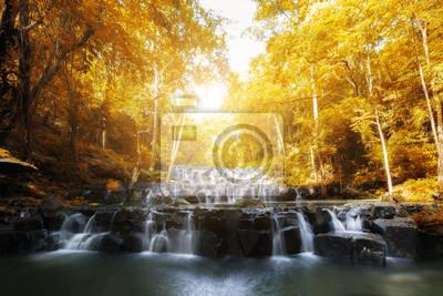 Sam Lan Waterfall to piękna siklawa w tropikalnym lesie, Saraburi prowincja, Tajlandia.