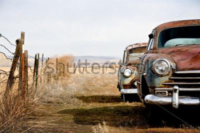Obraz samochody zabytkowe opuszczone i zardzewiałe w wiejskim Wyoming