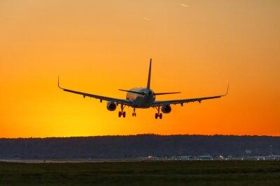 Obraz Samolot ląduje lotniskowego słońce zmierzchu wakacje podróży podróży podróż