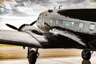 Obraz Samolot z okresu II Wojny Światowej wychodzi z kelnera na warunki pogodowe