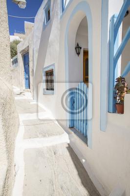 samotny ulica z białymi ścianami na Santorini