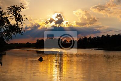 Scena wieczór na jeziorze