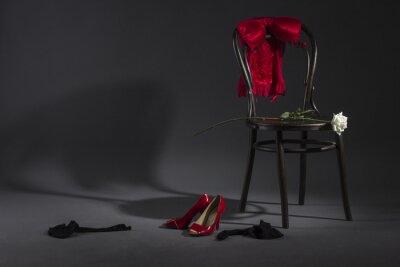 Obraz Seksowna bielizna, buty i biała róża na retro krzesła.