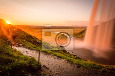 Seljalandsfoss, wodospad w Islandii, słońca i Sunstar
