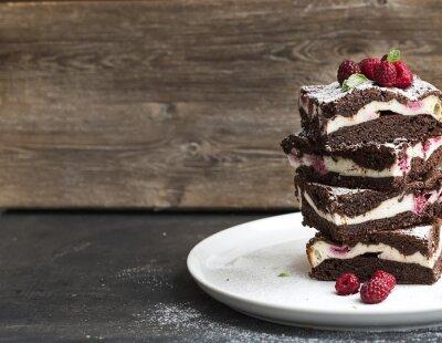 Obraz Sernik brownie-wieża z malin na białym talerzu