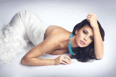 Obraz sexy dziewczyna w białej sukni