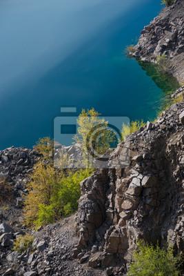 skał i drzew przed niebieskim tle wody