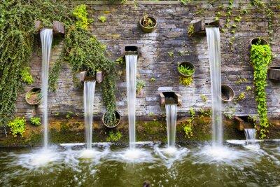 Skalista ściana z małych wodospadów w parku planety un Blomen