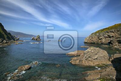 Skały w morzu w pobliżu wyspy Gaztelugatxe, Hiszpania