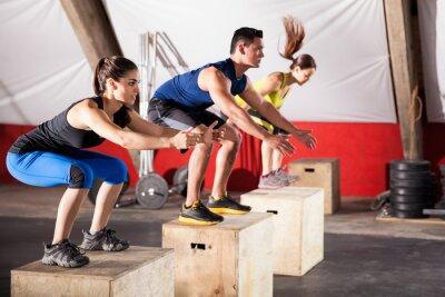 Obraz Skoki ćwiczenia na siłowni