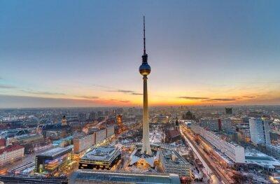 Obraz Słynna Wieża telewizyjna w Berlinie o zachodzie słońca