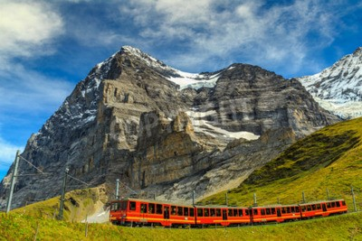 Obraz Słynny pociąg elektryczny czerwony turystyczny schodzili ze stacji Jungfraujoch (top of Europe) w Kleine Scheidegg, Oberland Berneński, Szwajcaria, Europa