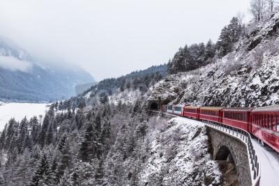 Obraz Słynny pociąg widokowy w Szwajcarii, ekspres lodowiec w zimie