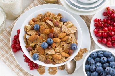 Obraz śniadanie z płatków zbożowych, orzechów i owoców, widok z góry
