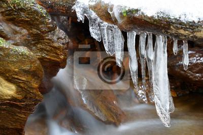 Sople na zimy zatoczce w parku narodowym Sumava, republika czech.