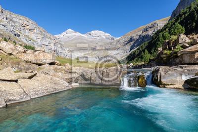 Spada na rzece Arazas, Park Narodowy Ordesa, Huesca, Hiszpania
