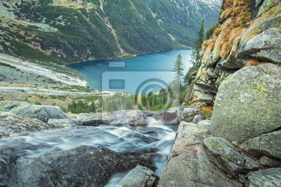 spadającej wody do jeziora