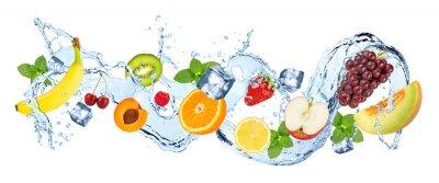 Obraz Splash panorama wody z różnych owoców kostek lodu i świeżych liści mięty pieprzowej samodzielnie na białym tle